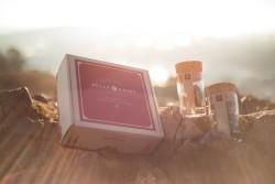 Cutie pentru marijuanaAmbalajul este realizat din carton CO3 Nature. Cutia este personalizată prin serigrafie într-o culoare. Modelul cutiei este FEFCO 0426.