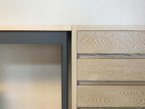 ordermade furniture「S邸 壁面デスクセット」size:w2000(2420)x d485 x h720mm材質:タモ(グレー着色)、アイアン 壁面に合わせて製作したデスク。キッチンカウンターがタモ材のグレー色だったので、色を合わせています。デットスペースになりがちだった左端のスペースにデスクがハマるようにし、既存の壁の棚とマッチするように。キャビネット台座を取り外しすることで高さを変えることが出来、横に置くとデスクスペースが広くなり、台座を外すとデスクの下に収納できるようになっています。コード穴カバーもオリジナルで製作しています。D:永田幹(iei studio)制作:iei studio, HITTITE