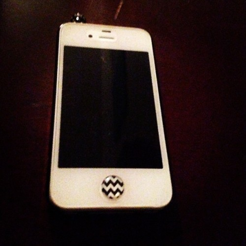 My phone got its belly button pierced ;) #iphone #button #white #chevron #cliché