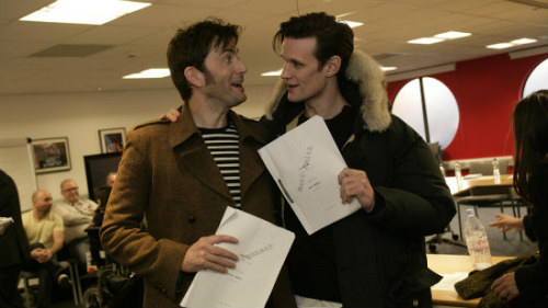 Os Doctors David Tennant e Matt Smith durante a leitura do roteiro do especial de 50 anos de Doctor Who.