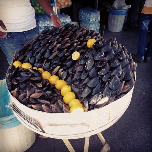 Clams on the street. That sounds like a good idea.  #not #Istanbul #streetfood (at Sultan Ahmed Camii Şerifi)