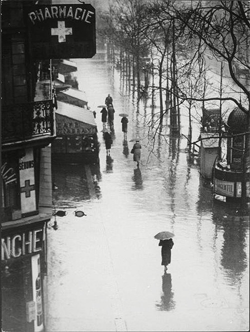 undr:  Brassaï Passers-by in the Rain, Paris 1935