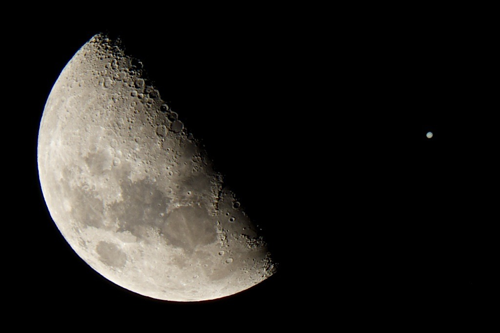 space-pics:  My dad snapped a cool shot of the occultation (or close encounter from his position) of the Moon and Jupiter [1024x682]http://space-pics.tumblr.com/