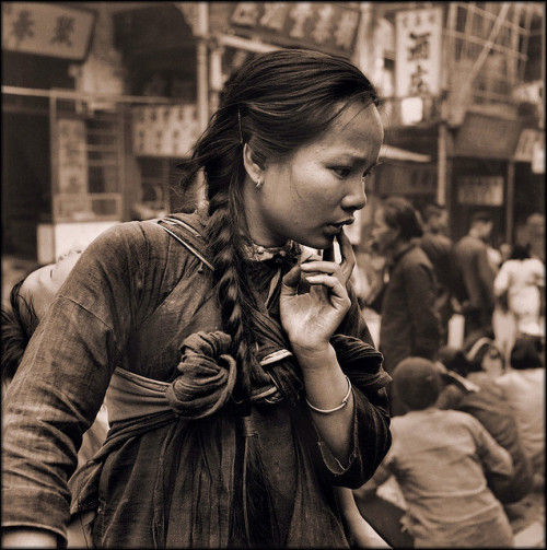 lettereaperte:  Young Mother Carrying A Child On Her Back In The Market, Hong Kong Island [c1946] Hedda Morrison [RESTORED] by ralphrepo on Flickr.