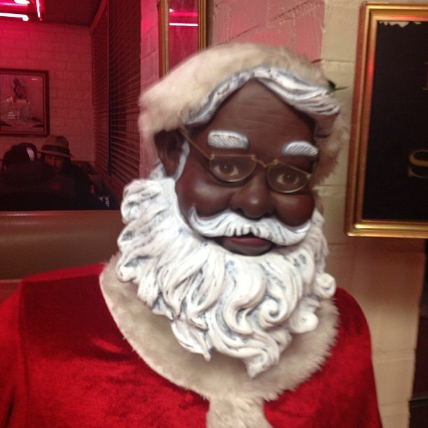 Woah #rare #santa  (at Roscoe's House of Chicken and Waffles)