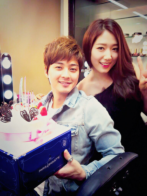 "Kim Ji Hoon: ""Miss Go Dok Mi received the Paeksang Popularity Award keke This picture and the cake represents the commemoration kekeke She looked good in her dress."""