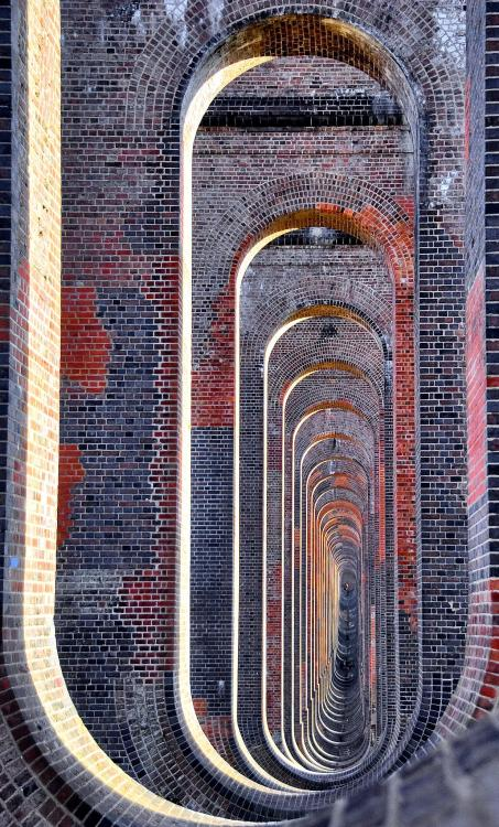 handa:  Through the arches (via skipnclick)