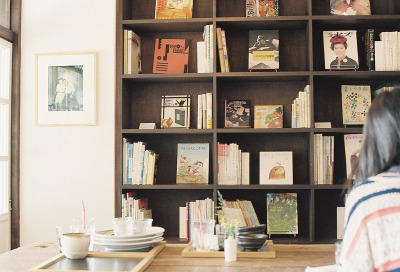 lackingly:  Cafe's bookshelf (by **mog**)