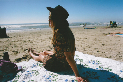 felisque:  untitled by emilyupsidedown on Flickr.