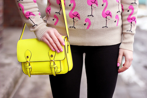 MARY-KATE FASHION: Flamingo Jumper & Neon Bag en We Heart It. http://weheartit.com/entry/58040637/via/Beliebermagui