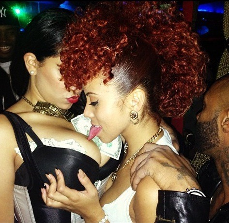 luxelif-e:  I see kaylin is still under joes wing.