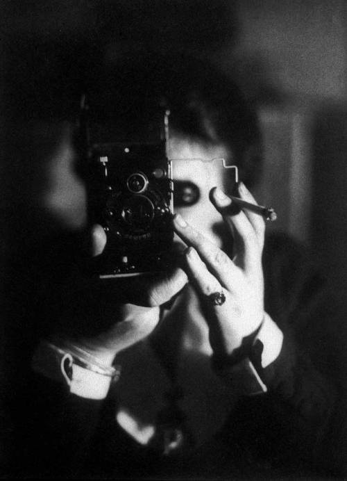 vintagevoices:  Germaine Krull. Self-portrait with Ikerette.1925