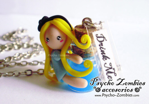 Alice in Wonderland miniature with drink me bottle necklace, available for sale at etsy. /// Collar Alicia en el país de las maravillas con botella drink me en miniatura, disponible para compra en etsy.