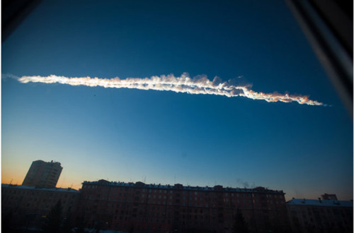 A contrail from what is believed to be a meteorite is seen over Chelyabinsk.