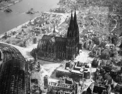 collectivehistory:  The Cologne cathedral stands tall amidst the ruins of the city after Allied bombings, 1944 (via Flickr)   Köln als Trümmerfeld.