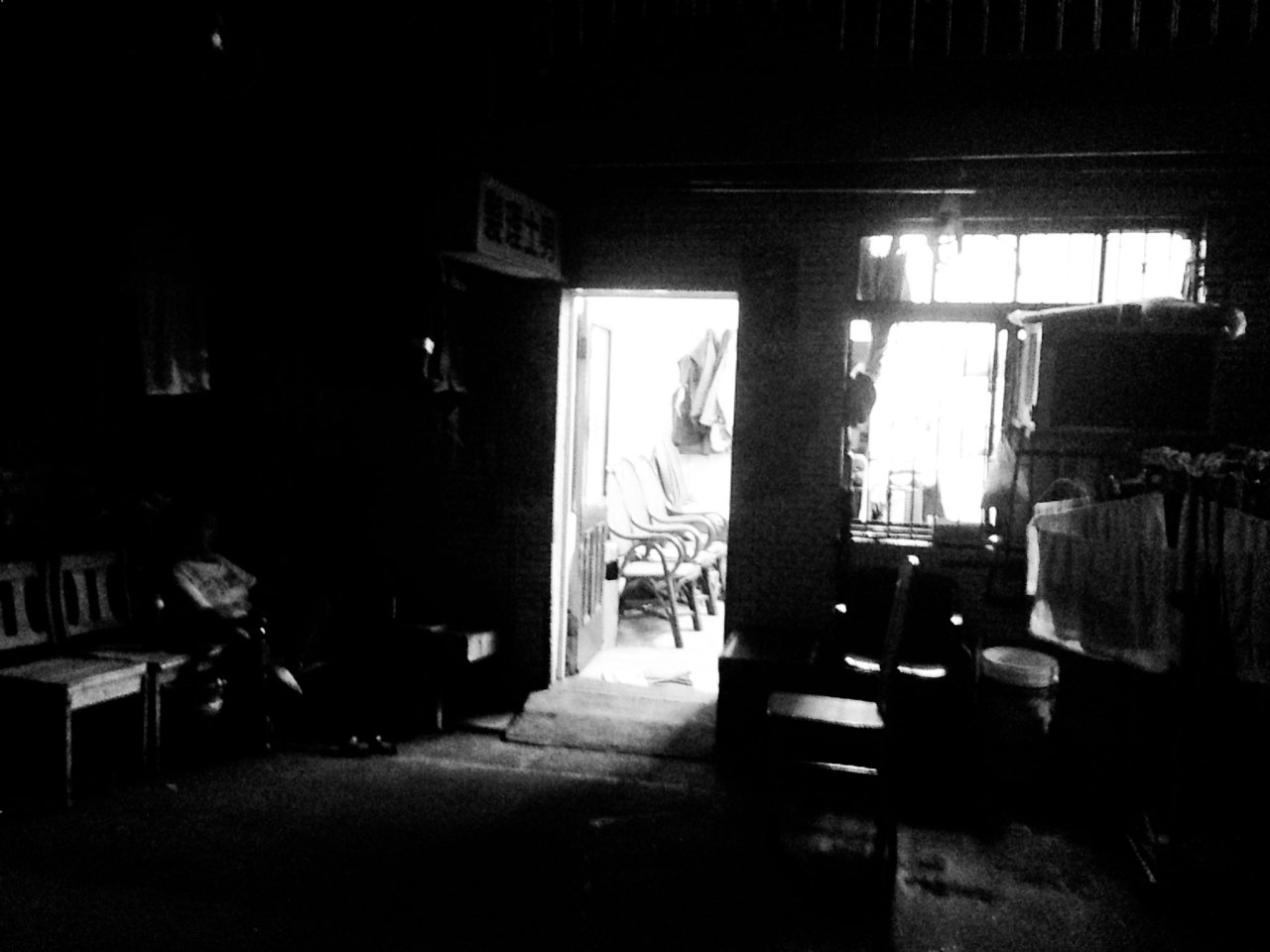 man's barber shop hidden in a narrow alley where we found an old man's barber shop, 200 NT get you a 15 mins quicky cut and a wash in a fly, the elderly woman whom has opened the shop for over thirty years, carries a great casual attitude, this place is far away from what you would normally experienced in a luxury salon,and  that's why we love it! 隱藏在一條狹窄的小巷,我們發現一間古老的男士理髮店,200元新台幣讓你在15分鐘內完成剪與洗,老婦人開店鋪超過三十年,友善的服務心態,這地方給你在一家通常豪華的沙龍裡所體驗不到的經歷,這就是為什麼我們喜歡它! No.41, Ln. 19, Tonghua St., Da'an Dist., Taipei City 106, Taiwan (R.O.C.) 台北市通化街19巷41號