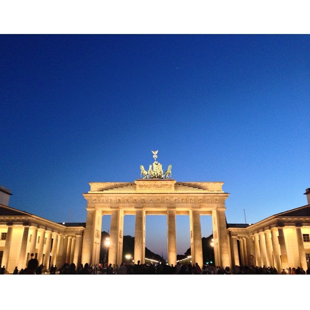 Brandenburg Gate. Way less crowded at night. #brandenburggate. #berlin #germany #madridtomunich (at Brandenburger Tor)