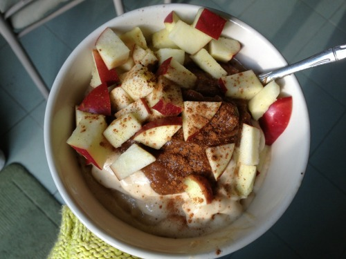 onehappyvegan:  RAW CARAMEL APPLE PIE SUNDAE Ice Cream 5 frozen bananas Blend frozen bananas in food processor or blender until creamy  Caramel Sauce 6 pitted medjool dates  4 tbs water Blend in food processor or blender until creamy  Pour caramel over banana ice cream, top with chopped apples and cinnamon, enjoy!