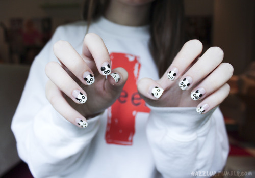 sleepingwbu:  cuntgradulation:  hazzlur:  there are pandas on my nails :D  omg aw  i did this last year on my nails :) cool