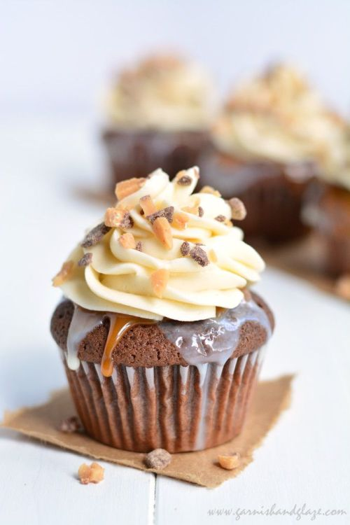 confectionerybliss:  Chocolate Cupcakes with Condensed Milk Butterscotch Caramel and Frosting with Toffee Bits   Garnish And Glaze