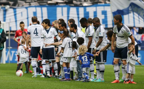 fyschalke04:  Can we all just appreciate little Seb Huntelaar waving? :')