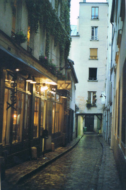 centzo:  getting lost in paris. (by Nyra ❀)