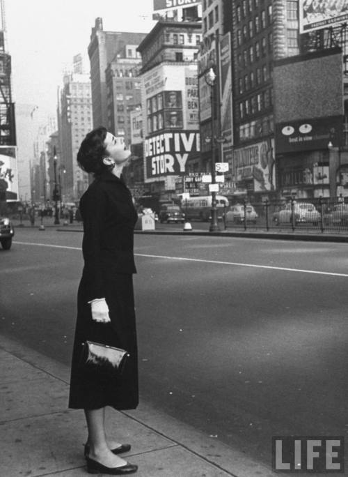 waltdisneywithblood:  Audrey Hepburn in Times Square, 1950s. (Via)