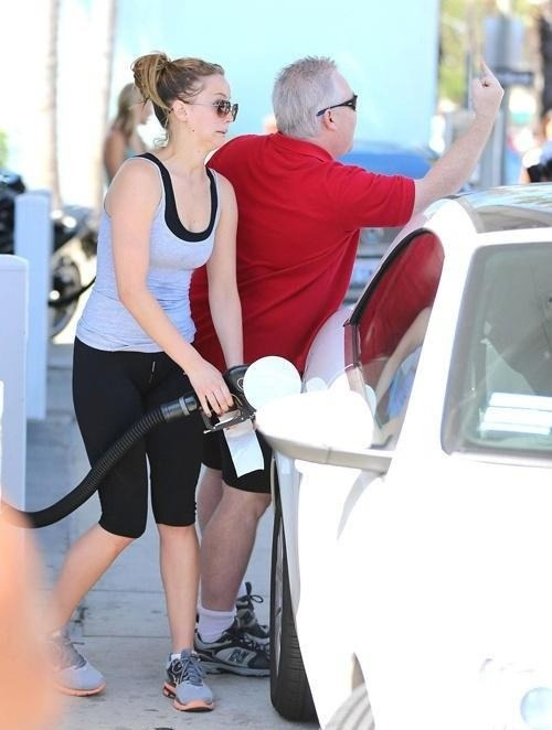 thefourthandfrattiest:  raindancefroggy:  farahfly:  Jennifer Lawrence filling gas while her dad flips off the paparazzi.  she learned from the best I see  Hah, what a great family.