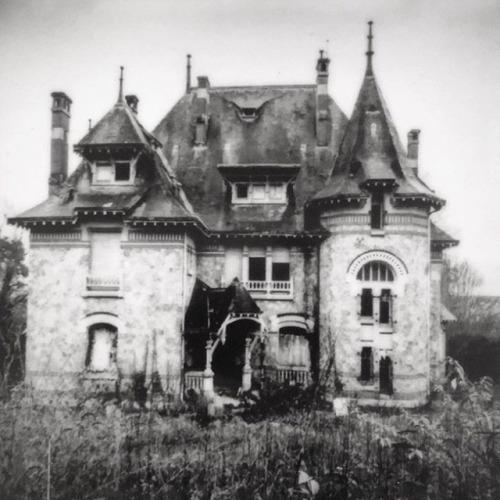 nona Limmen urban exploring abandoned mansion france