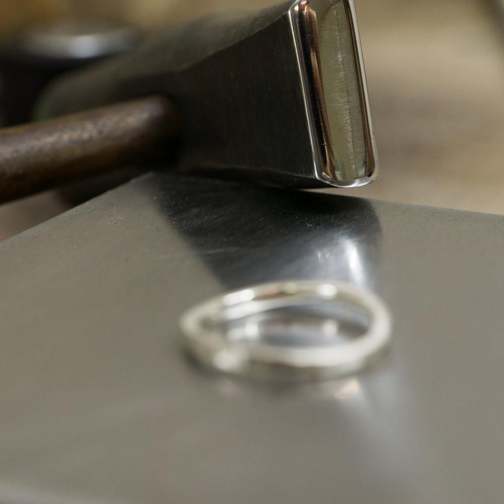 ジュエリーの制作風景 金槌、その奥にシルバーのリング 屋久島で作る結婚指輪