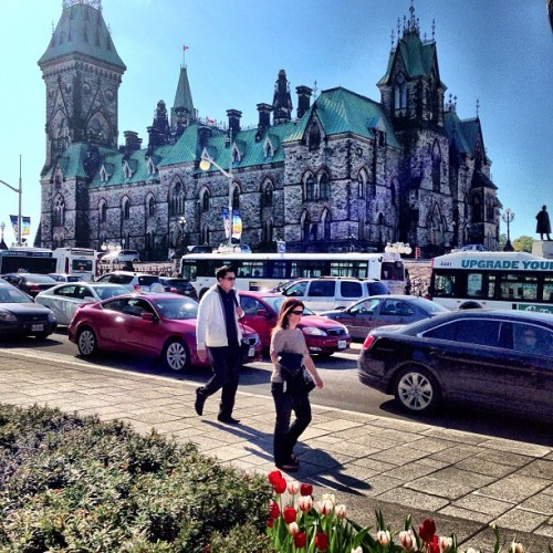 A gorgeous sunny day on Parliament Hill in #Canada's capital city, #Ottawa #explorecanada  (at Parliament Hill)