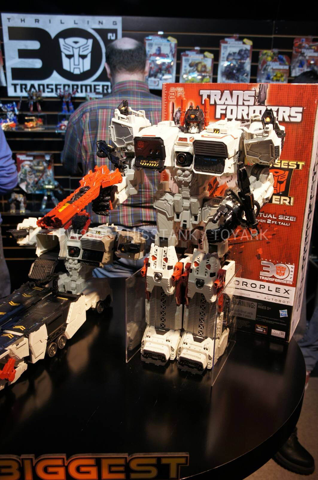 "Fall of Cybertron Metroplex Announced At Hasbro Toy Fair Event - Transformers News - TFW2005  Metroplex• Titan Class• 24"" Tall• Triple Changer• Fall of Cybertron Style• In Scale with Legends Class figures• Fall 2013 Release Date• Price: $125 (Estimated)"