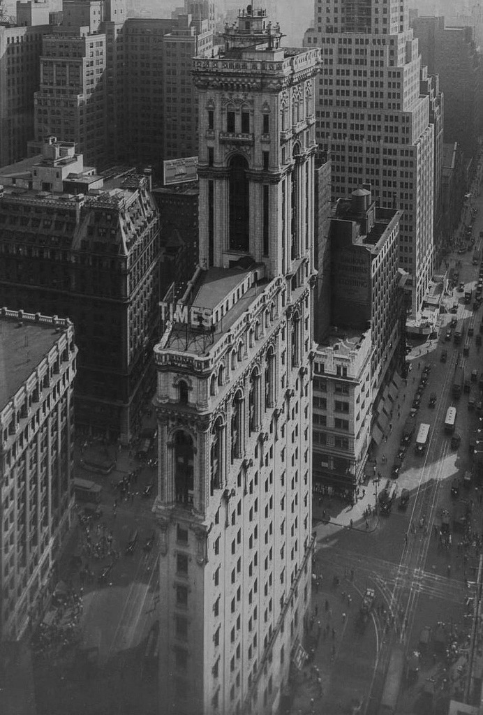 bellum-equitum:  Aerial view of the Times Building. NYC, 1930s.