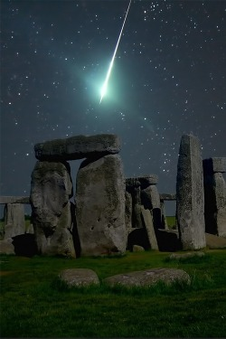 bluepueblo:  Meteor Over Stonehedge, England photo via wendy