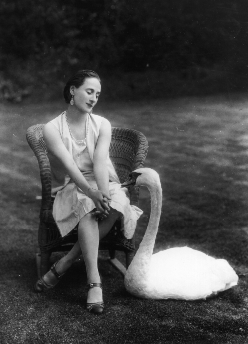 maudelynn:  Anna Pavlova at her London home, c.1927