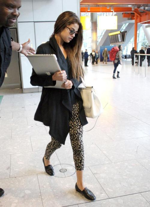unreliably:  selgomez-news:  Selena arriving in London earlier today (May 21st)  love her clothes  Kardashian style :)