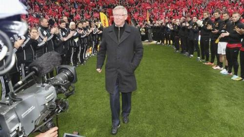 Twitter / ESPNFC: PHOTO: Sir Alex Ferguson receives …