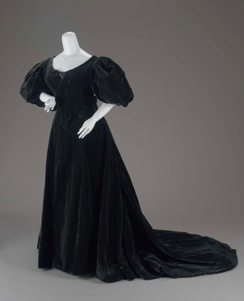 Woman's dress in two parts by Jean-Philippe Worth, 1896 Paris, the Museum of Fine Arts Boston  Midnight blue/black velvet 2-pc. dress (possibly for mourning) with large puffed-sleeve bodice and trained skirt
