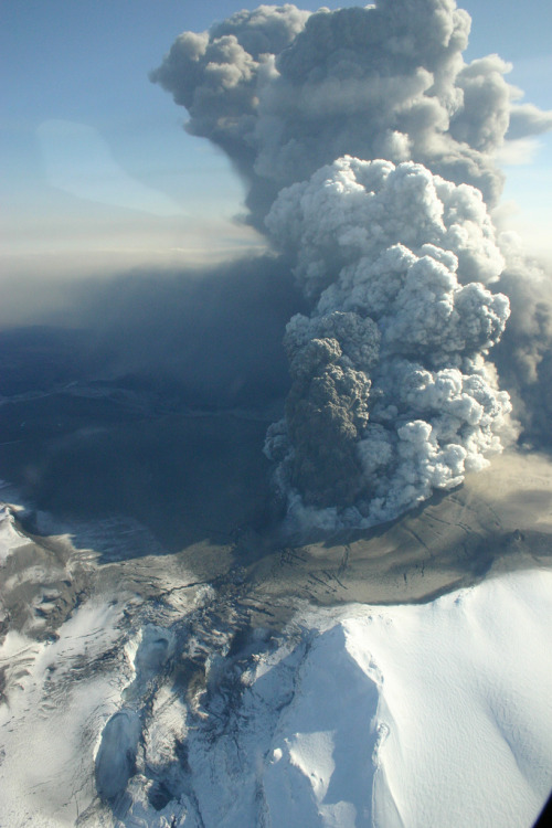 mystic-revelations:  Plume over glacier (by Met Office)