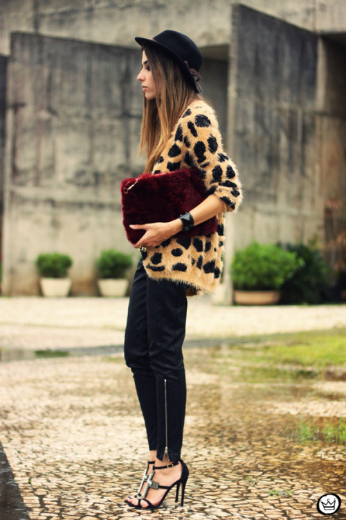 what-do-i-wear:  cardigan: Awwdore camisa|shirt: Labellamafia calça|pants: Romwe clutch: Choies bracelets: Kafé sapato|shoes: Schutz (image: fashioncoolture)