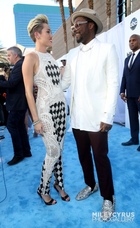 mileyrcyrusdaily:  Miley with Will.I.Am - Billboard Music Awards - Arrivals
