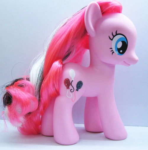 Another new and mysterious pony! This peculiar Pinkie Pie, not only have a differently coloured symbol, but also a white and a black streak of hair! Is this a new prototype? An Exclusive pony? An Halloween pony? What do you think? I just know i love her! ^_^