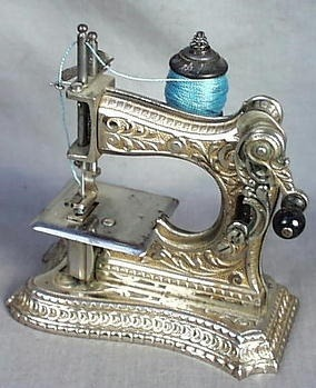 vintagestitchbeauties:  Cute miniature sewing machine (via Vintage Sewing Machines)