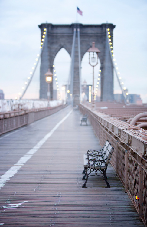 breathtakingdestinations:  Waiting at the bridge - Brooklyn Bridge - New York City (von Moeys Photography)