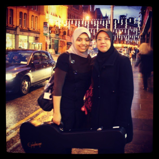 Me and mum @shariffah_huzaimah #throwback #dublin (not my guitar @hazi_q, but looks cool, haha)