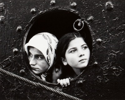 lauramcphee:  Women in Porthole, c1970 (Mary Ellen Mark)