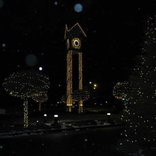 The lights downtown. #nofilter #sooc #noedit #downtown #cda #resort #clock #idaho #beautiful #photography #snow #ilovethistown