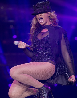 beeawnce:   Beyoncé performing at the O2 arena in London tonight (4/29).   GUYS