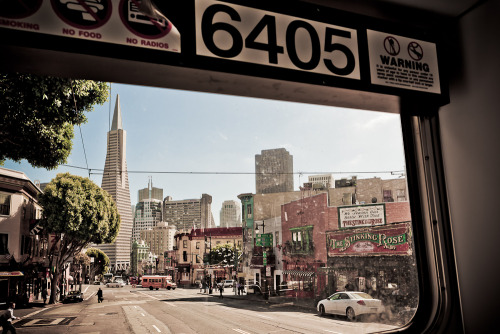 Transamerica Pyramid from the bus. Pirámide Transamérica desde un autobús. San Francisco.