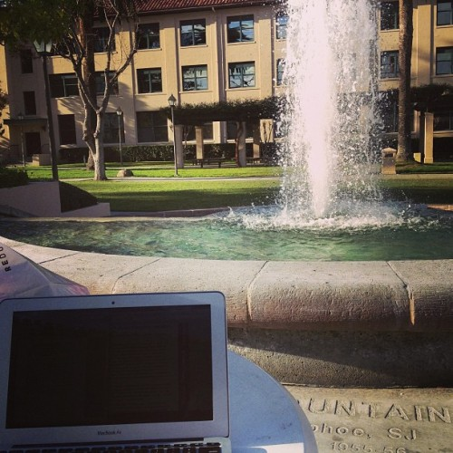 Perfect day to #study outside. #scu #scusnapshot #fountain ☀⛅💻📝📓📚 (at Santa Clara University - Benson)